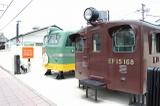 「つばめ」のヘッドマーク付きのEF58型電気機関車とEF15型電気機関車(どちらも部分展示)