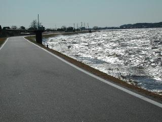 しぶきの上がる霞ヶ浦湖岸